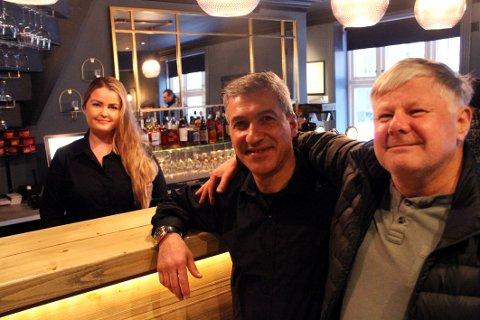 NY START: June Maristad og Jalal Gargary har tatt over driften av Bache Bar. Stamgjest Rino Jahre er fornøyd med resultatet.