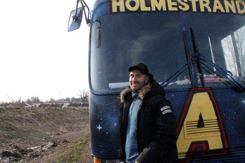 ENKEL LØSNING: Henning Rodequist mener forsøplingen og støyen med russen kan forsvinne fort hvis sjåførene gjør enkle grep.  – Alltid ha søpleposer i bussen eller bilen, og la hjulene stå stille fram til det er ryddet. Det er ikke mer hokuspokus enn det, sier han.