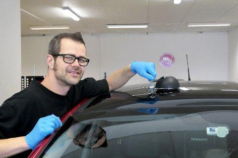 NYETABLERING: Erik Heide er godt i gang hos Riis Bilglass Holmestrand. Her reparerer han en steinsprutskade i et panoramatak på en personbil.  Her er det penger å spare for kunden, som slipper kostnaden med å bytte hele taket, sier Heide.