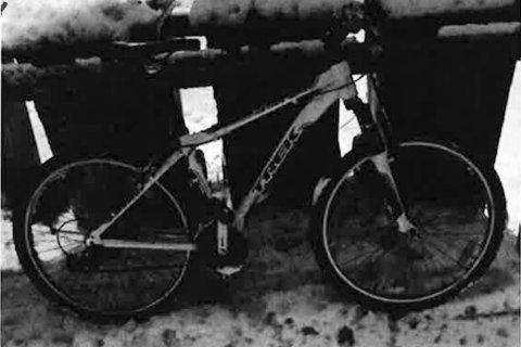MISTENKT STJÅLET: Politiet etterlyser eieren til en hvit og sort terrengsykkel av merket Trek.