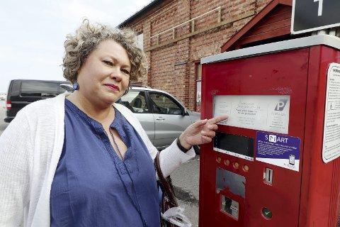 Kunne vært større: Irene Blom overså teksten på automaten. – Jeg trodde det var en times gratis parkering fortsatt. Flere enn meg har gått i den samme fella, sier hun. Foto: Pål Nordby