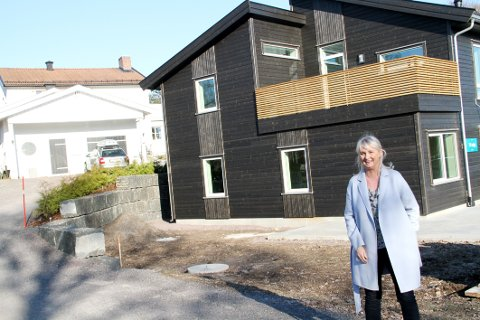 NY NABO: Linda Brakstad Glenne og ektemannen Rolf skilte ut deler av tomta i Rambergveien og bygde ny tomannsbolig.