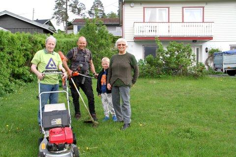 FIKK GOD HJELP: Sonja Hauge i Sundbyfoss fikk hjelp i hagen av Ingvar Sørbu (til venstre) fra Hof og Asbjørn Backe fra Holmestrand. Barnebarnet Sakarias Hauge (6) var også med.