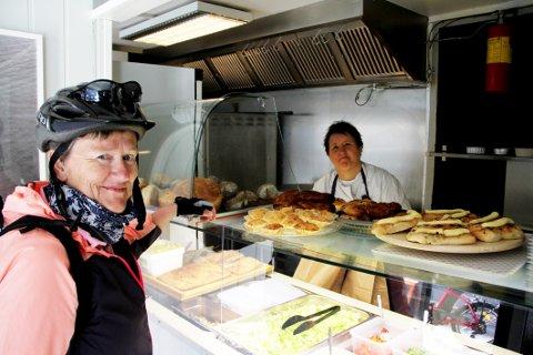 FØRSTE KUNDE: May Britt Bekken sikret seg rundstykker hos Sissel Hansens nye kafébakeri i Langgaten.