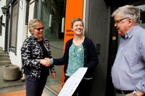 GAVE: Randi Rønningen og Jan Einar Stanger fra Odd Fellow Holmestrand overrasket Kirkens Bymisjon ved Bente Charlotte Gausen med 25.000 kroner i gave.
