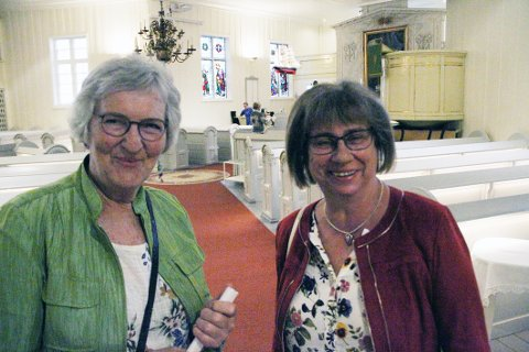OPPLEVELSE: Laila Heggedal (til venstre) og Gaby Moss var blant det lille publikummet som fikk seg en real musikkopplevelse i kirken søndag kveld.