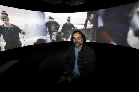 1 270-kino: Kim Hjardar i den hjelmformede kinoen. 2 Regissør Erik Gustafson. 3 Alle aktiviteter kan velges på 11 spåk. 4 Med VR-briller og bevegelige stoler får du opplveve et angrep med Langskip. 5 Kim Hjardar er historisk konsulent for prosjektet. 6 Artig viking-skilting. 7 Astri Bryde fra Eidsfoss dukker opp som hologram.