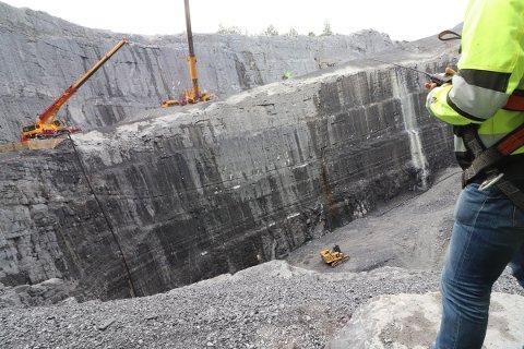 Løftes ut: Utvidelsen av Sydbruddet er ferdig, og de siste maskinene blir heist ut av det enorme krateret.
