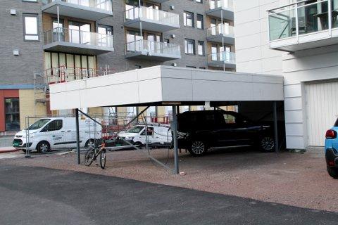 SØKNAD: JM har søkt om å få bytte denne carporten med en ny garasje.