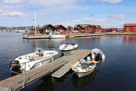 Båtturister som bruker Pantelotteriet er med på å sørge for at Røde Kors i Holmestrand får inntekter.