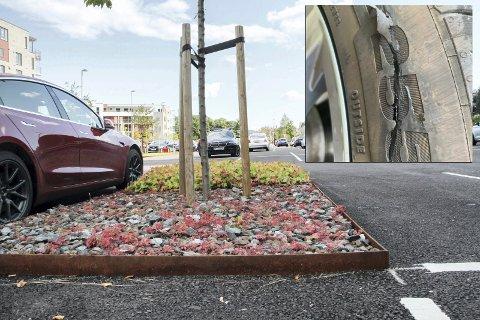 BRUKERVENNLIG NOK?: Stålkantene på pendlerparkeringen ved Holmestrand stasjon skaper trøbbel for bilister som får dekkene skåret opp. Bildet av dekket til høyre er tatt i forbindelse med at en bilist krever skadeerstatning fra Bane NOR.