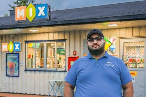 UMULIG Å REDDE: På tross av mange dugnadstimer ser ikke MIX kiosken ut til å kunne reddes. Ibrahim Azam er lei seg for at han må kaste inn håndkleet, men ser desto større muligheter med potetvogna nå.