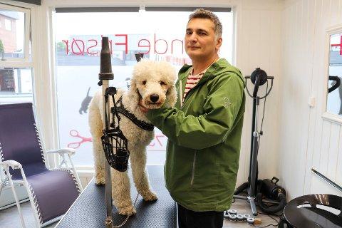 IKKE BEKYMRET: Holmestrand Hundefrisør, ved daglig leder Milos Vukotic, mener det ikke er grunn til bekymring tross flere døde hunder etter ukjent sykdom i Norge den siste tiden.