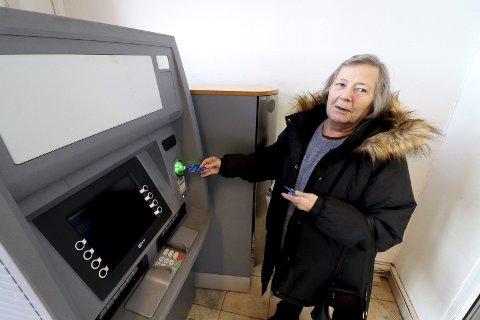 Sperret konto: – Jeg vet ikke hvilken dag kontoen ble sperret, men det var rundt den 20. januar en gang, sier Brith Ohrem, som er svært frustrert over det hun kaller stivbeinte regler. – Jeg har vært kunde i banken i over 40 år, de vet hvem jeg er! Foto: Pål Nordby