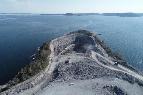 DEPONI: Farlig avfall skal fortsatt deponeres på Langøya i en årrekke framover. Bildet viser utvidelsen av Sydbruddet, som nylig ble gjennomført. Noah