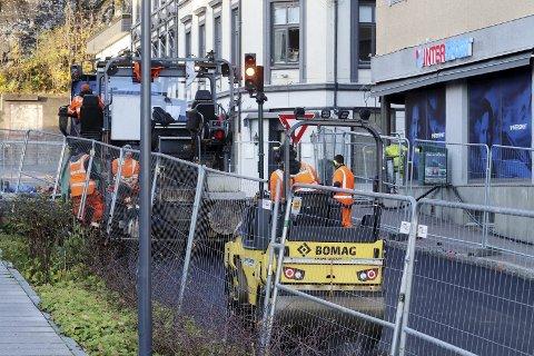 Lag nummer to: Tirsdag formiddag var asfaltgjengen i gang med å legge lag nummer to med asfalt. Foto: Pål Nordby