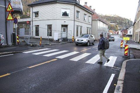 IKKE ALLE STANSER: Kjell Arne Olsen-Helander skritter ut i gangfeltet i Langgaten, men bilføreren stanser ikke. begge Foto: Lars Ivar Hordnes