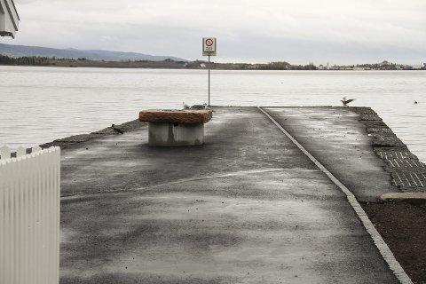 """VIL HA """"GRILL"""" FJERNET: Naboen ønsker at konstruksjonen på moloen blir fjernet.  Foto: Lars Ivar Hordnes"""