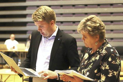 Ikke enige om tallene: Høyres Aleksander Leet og Arbeiderpartiets Mette Måge Olsen i diskusjon om tallene posisjonspartiene og opposisjonen har kommet fram til for neste år og de kommende tre årene i Holmestrand kommune. Foto: Pål Nordby