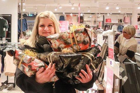 FULLT OPP: Det er mange julegaver som skal kjøpes inn. Monica Hundstad er i god driv.