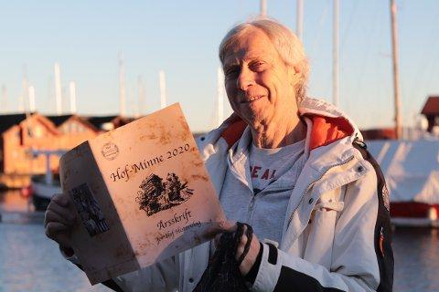 - Det ble ikke noe julemøte, så vi har kjørt årets Hof-Minne ut til medlemmene, forteller Per Arild Bergan.