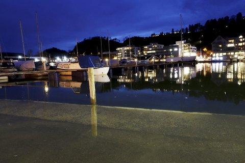 Veldig mye vann: Det sto langt inn på p-plassen på Krana klokken 18.00 mandag. Foto: Pål Nordby