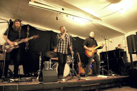 HER BLE DET LIV: Bandet Jack Stillwater lagde liv i luka i Løkfabrikken. Mange av de frammøtte svingte seg i dansen til bandets musikk.. FOTO: LARS IVAR HORDNES