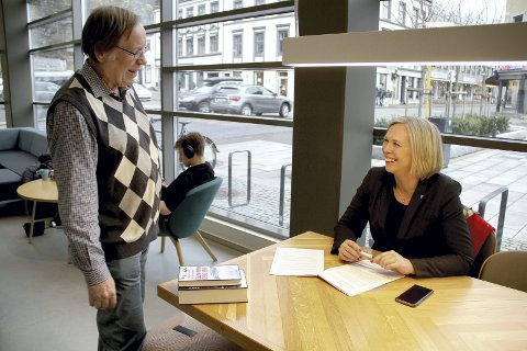 KLAR: Allerede onsdag er det klart for første utgave av «Åpen post» i kommunestyret. Richard Madsen i samtale med ordfører Elin Gran Weggesrud. FOTO: LARS IVAR HORDNES