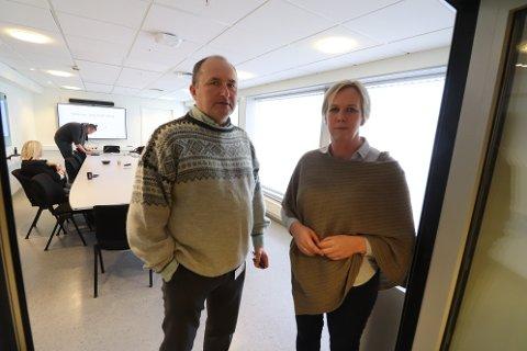 Kommunedirektør Hans Erik Utne og ordfører Elin Gran Weggesrud har satt krisestab i Holmestrand kommune. Nå etterlyser de helsepersonell som i dag jobber med noe annet.