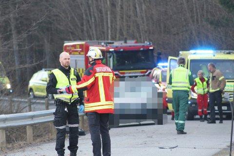 DØDSULYKKE: Politiet foretok vitneavhør og undersøkelser på ulykkesstedet etter dødsulykken fredag.