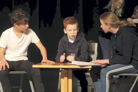 Olsebanden jr. på Rocker'n: Kjell, Egon og Benny planlegger sitt neste kupp, under en av teaterøvelsene i februar. Nå kan barne- og ungdomsgruppa til Byteateret juble over å ha fått 30.000 kroner til nødvendig utstyr.