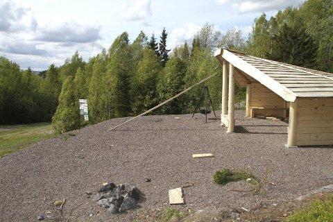 Grillplassen i 2015: Gapahuken ved skileikanlegget ved Botnestua blir mye brukt, men bålpannene får ikke være i fred. Arkivfoto: Arne Vidar Stølan