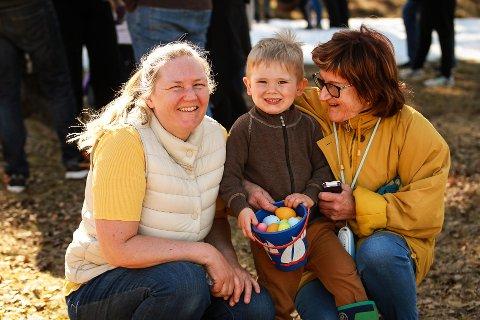 PÅSKEGODT: F.v: Sheila Gorudvollen, Olai gorudvollen Olsen og Wenche Lisbeth Larsen - Jeg fant så mange egg, det hadde jeg ikke trodd. Nå gleder jeg meg til å spise de resten av påsken, smilte Olai i fjor.