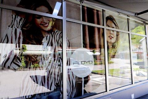 Nytt navn i vinduet: Fredag kom det opp nye plakater i vinduene etter Carisma. Floyd overtar butikklokalene, og starter butikk. Foto: Pål Nordby
