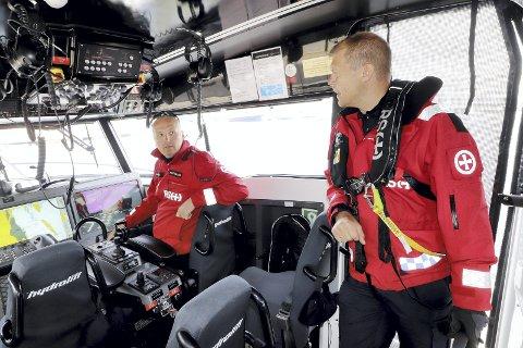 Alt av moderne utstyr tilgjengelig: Båtfører Marius Dalen (til venstre) og bestmann Mikkel Corneliussen, er sammen med sine matroser og kolleger i Redningsselskapet klare for en forventet travel sommer på sjøen. Foto: Pål Nordby