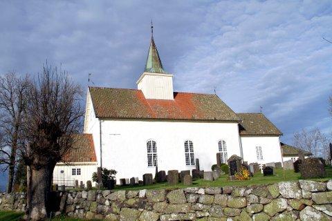 ØKNING: Festeavgiften for kiste- og urnegraver er nå vedtatt økt til 300 kroner. Bildet viser Hof kirke.