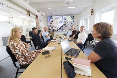 Møttes onsdag: Representanter fra Holmestrand Næringsforening, kommunen og handelssentrene i Holmestrand, Sande og Hof. Foto: Pål Nordby