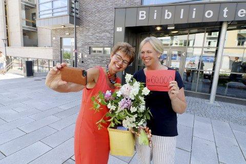 Overrasket Elin med penger: Kathrine Kleveland kunne på vegne av Gjensidigestiftelsen overrekke 60.000 kroner til kommunen og ordfører Elin Gran Weggesrud. Foto: Pål Nordby