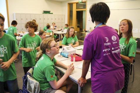 LÆREVILLIGE ELEVER: Kursleder Shayla Viet hadde mange lærevillige elever å forholde seg til i klasserommet her på Ekeberg skole. FOTO: LARS IVAR HORDNES