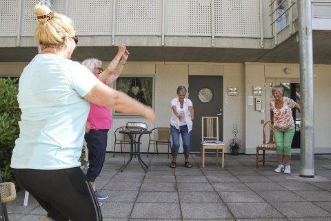 GLEDE: Hege Strandhagen (til v.) svinger armene til de myndige instruksjonene fra Turid Sælid. Foto: Lars Ivar Hordnes