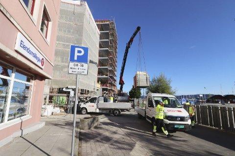 Tirsdag morgen: To biler blir losset i Havnegaten ved Kvartal 11, men det står ikke på mange minuttene. Foto: Pål Nordby