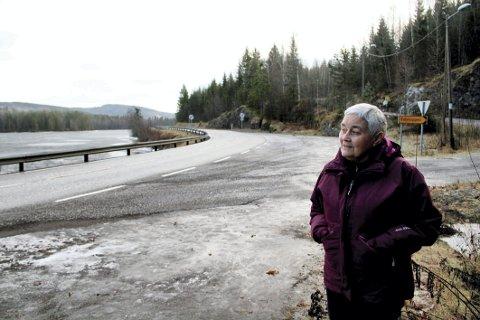 SIER FRA: Laila Thorrud er redd det kan inntreffe en alvorlig ulykke ved Eidsfoss. .