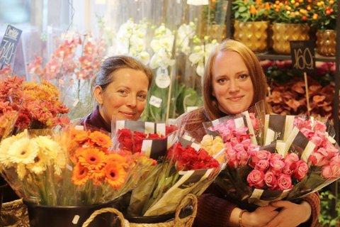 Travelt til jul: Monica Blom og lærling i blomsterdekoratørfaget Iris Kopperud Bentsen ved Kreativ Fryd, har hatt nok å stå i med både året sett under ett, men spesielt til jul.. Foto: Pål Nordby