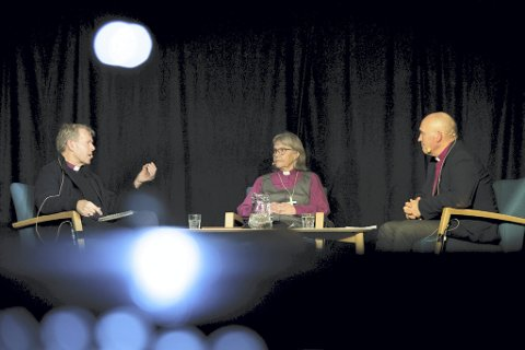 3 x bispeerfaring: I litteraturhusbiblioteket med Per Arne Dahl og Laila Riksaasen Dahl. Biskop Jan Otto Myrseth (til høyre). Foto: Tunsberg bispedømme/Henrik Guii-Larsen