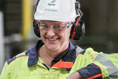 FORNØYD: – Konklusjonen er at vi håndterte fjoråret bra, sier Hydro Holmestrands fabrikksjef Robert Grønli.