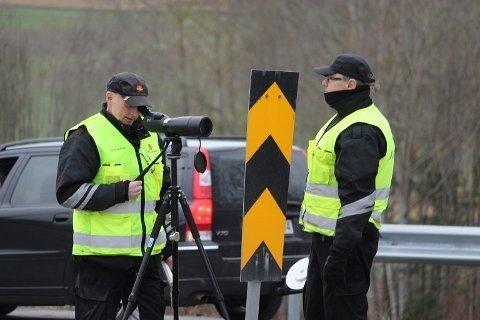 Nedslående resultater: Vegvesenets kontrollører observerte belte- og hjelmbruk på over 300.000 kjøretøy i 2020. Det ble det mange bøter og anmeldelser av. Foto: Vestby Avis