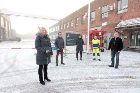 Mandag morgen fortsatte arbeidet med å stoppe et eventuelt salg av Hydro i Holmestrand. Truls Vasvik, ordfører Elin Gran Weggesrud, Hilde Elgesem Andersen fra Fellesforbundet, tillitvalgt Rolf Arnesen og Arild Teimann fra Norsk Industri, i forkant av møtet mandag.