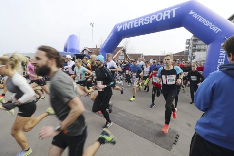 HÅPER PÅ AUGUST: I 2019 var det rekorddeltakelse i Holmestrand Maraton. I fjor ble arrangementet til slutt avlyst på grunn av koronaen. Nå er årets planlagte arrangement utsatt fra april, med håp om å få gjennomført det i august.
