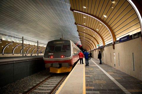 MÅ REGNE MED BOT: Før påske hoppet en person ned i togsporet på Holmestrand stasjon.