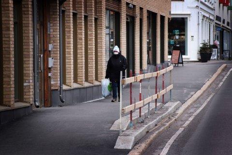 KREVER ENDRING: Et midlertidig sikkerhetsgjerde mot kjørebanen i Langgaten er kommet på plass. Nå krever fylkeskommunen permanente endringer ved inngangspartiet til det nye kvartalet Holmestrand Brygge.